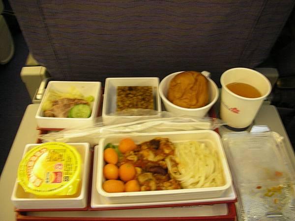 不好吃的飛機餐。還好我選義大利麵,海鮮飯看起來更難吃