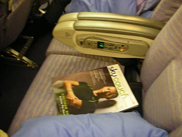 飛機沒坐滿,換個旁邊沒人的舒適位置