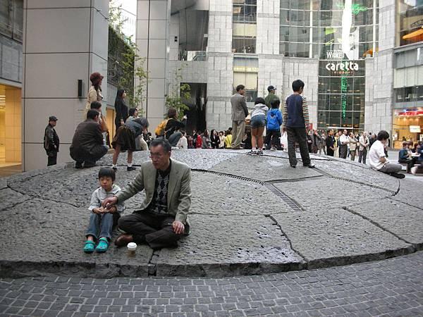 汐留caretta大樓著名景點:大龜噴水,蔡國強大師參與設計的喔