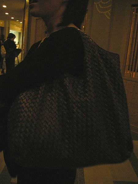 偷拍旁邊人的包。這應該是BV吧
