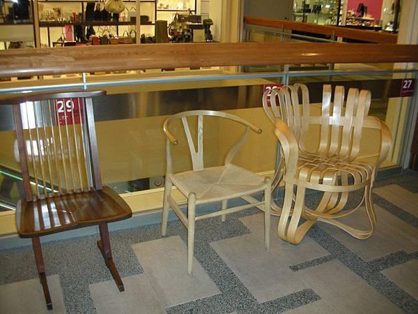 caretta汐留名物:名設計師設計的名椅,共數十張散佈全館
