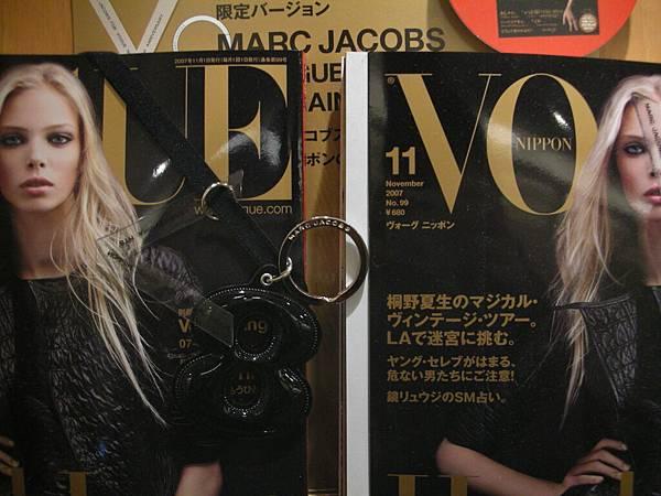 看清楚沒?買雜誌送MARC JACOB的鑰匙圈!