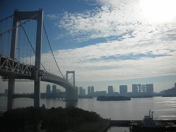 百合海鷗號會從彩虹大橋上開過去喔