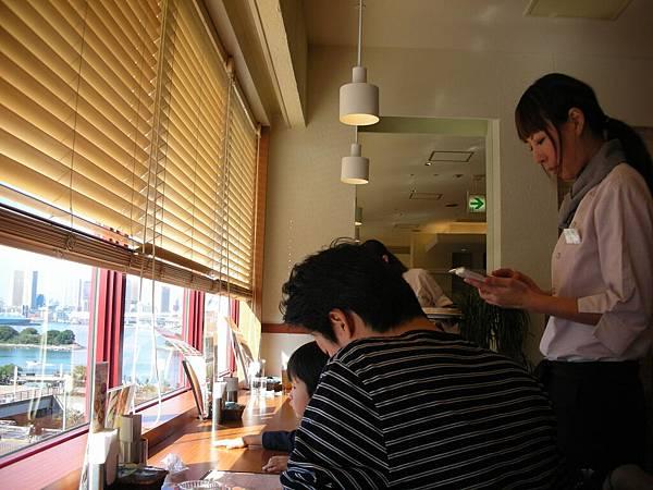服務生很漂亮,像蕭瀟