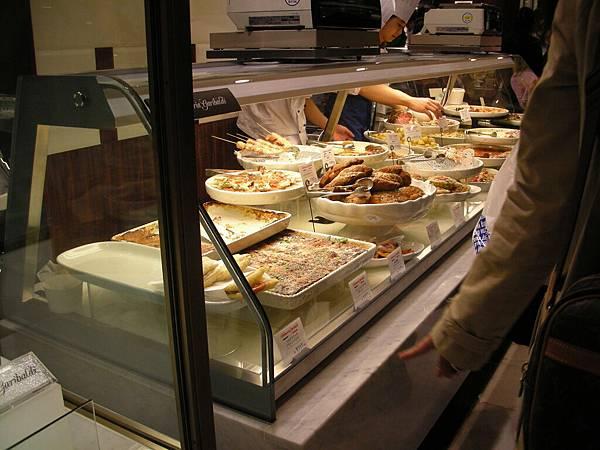 新宿伊勢丹樓下熟食專櫃看起來都好好吃