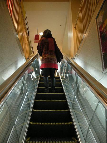 日本百貨電梯都好小