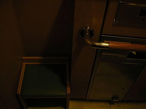 洗手間裡還有小椅子