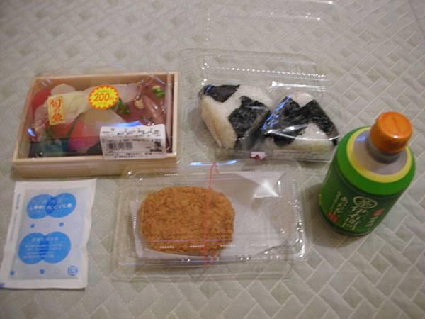 今日晚餐:百貨公司的飯糰、壽司、可樂餅