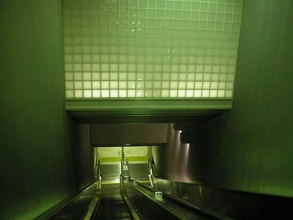 新營運的大江戶線,連月台也漂亮多了