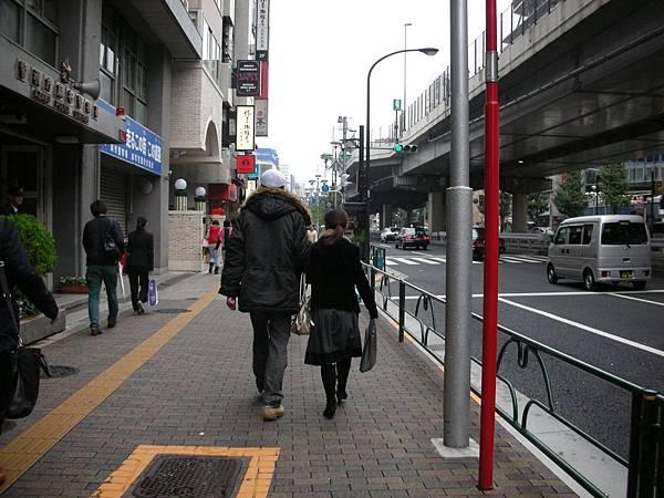 六本木街上身高差異頗大的情侶