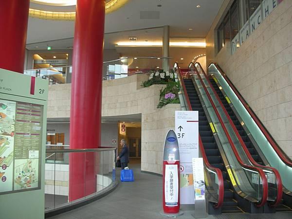 旁邊是好萊塢購物中心,裡面都是美容相關店
