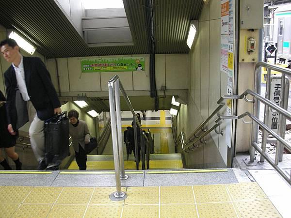 這段上月台的階梯沒手扶梯,請自扛行李XD