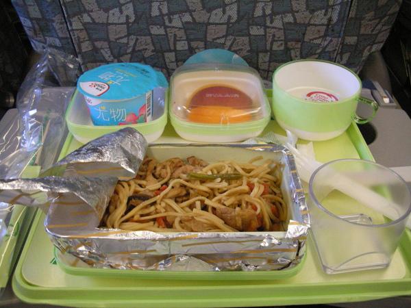 長榮飛機的早餐難吃死了,好險先吃過漢堡王