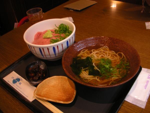 小惠的第一頓日本午餐:綿綿的鮪魚飯和蕎麥麵