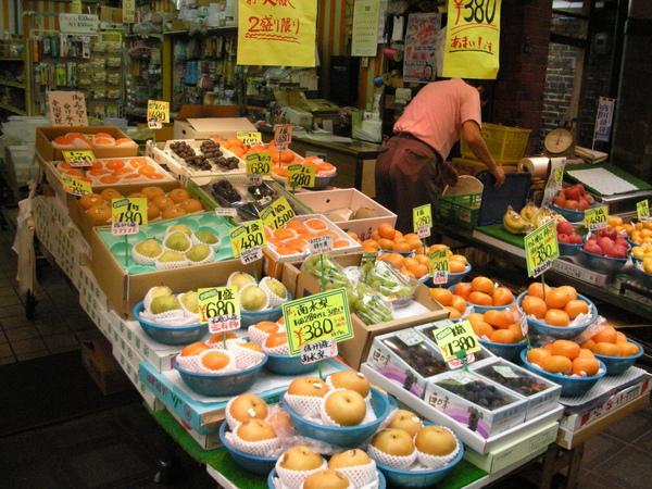 琳瑯滿目的水果。池袋西口公園的媽媽就是開這種店喔