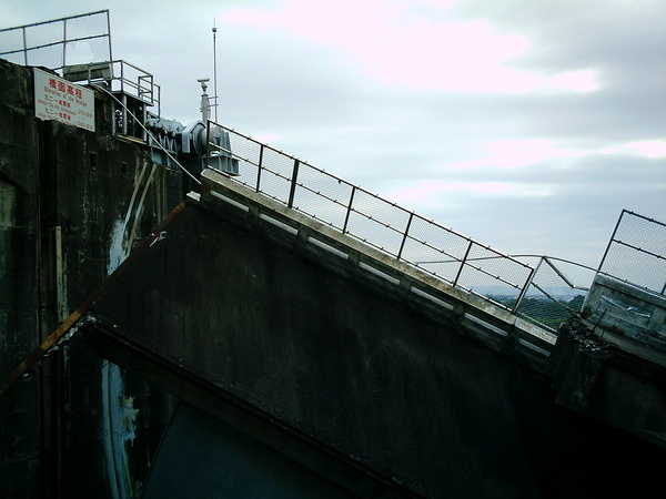 石岡水壩921震災遺跡...左側斷層抬高6公尺@@