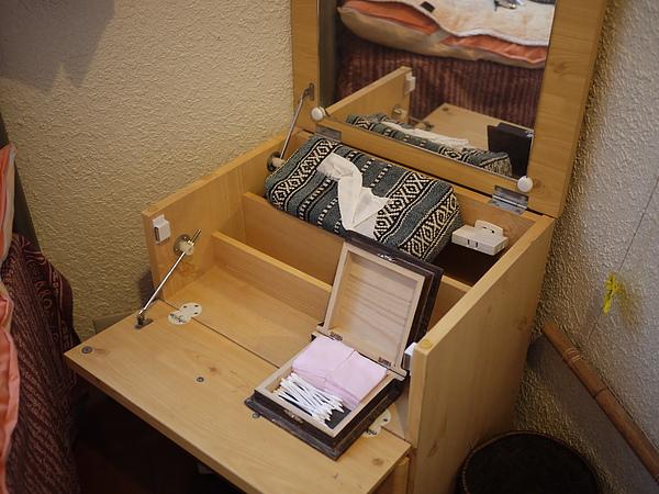 單人房裡有個小小化妝台,方便坐在地上化妝