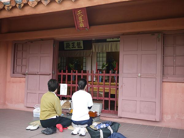 廟裡有榻榻米,方便墊在地上跪坐