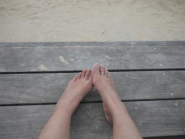 畢竟是沙灘,還是脫鞋感受一下
