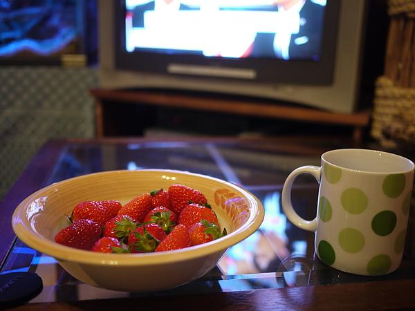 宵夜是草莓配電視
