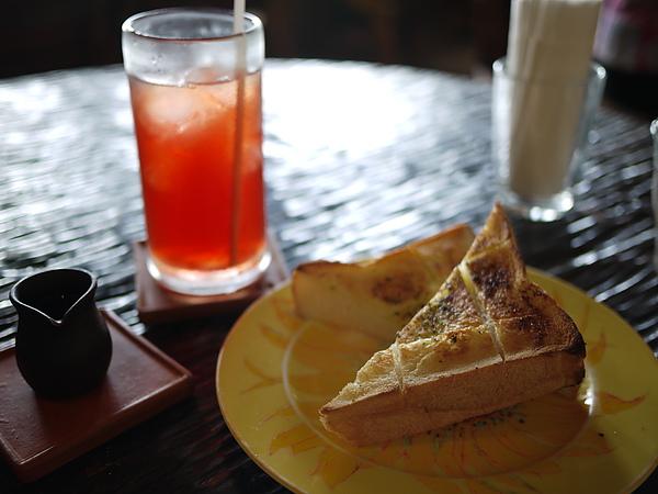 亂點,來了一份大蒜厚片和沖繩冰花茶