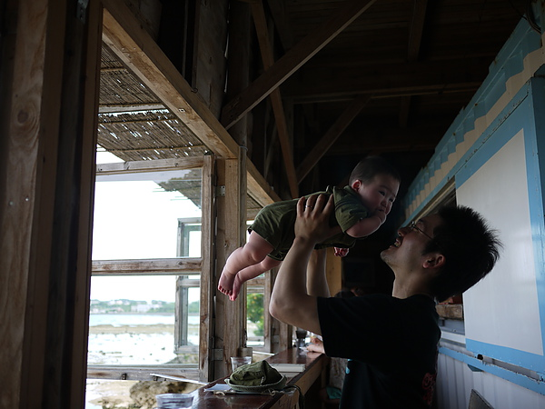 日本爸爸玩小孩,看起來超幸福