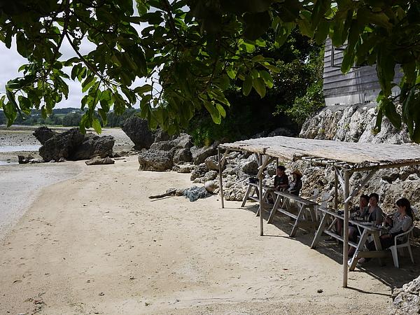 從店裡出來往海邊走,才知道還有戶外座位
