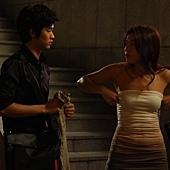 全智賢《神偷大劫案》片中,在金秀賢面前大膽調胸罩
