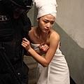 全智賢《神偷大劫案》片中,裹浴巾逃生,大露性身材