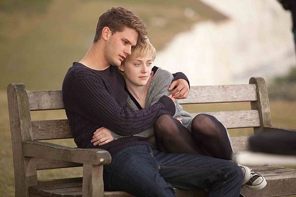 達坷塔芬妮、傑瑞米爾文在《愛正好》中飾演一對戀人