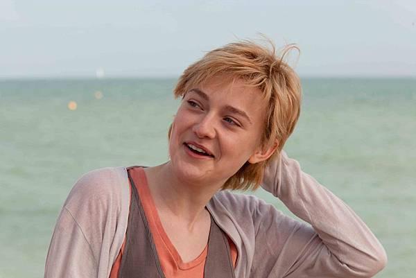 達坷塔芬妮在《愛正好》中飾演古靈精怪的少女泰莎