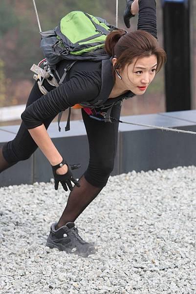 全智賢在《神偷大劫案》片中,身手矯健