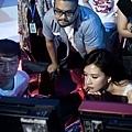 《101次求婚》林志玲、黃渤、導演陳正道(圖中間帶眼鏡者)認真觀看拍攝結果