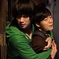 《偉大的隱藏者》劇照_金秀賢熊抱李玹雨,李面露嬌羞