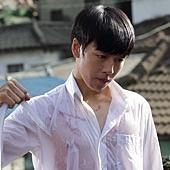 《偉大的隱藏者》劇照_李玹雨濕身透出身上傷痕,渴求金秀賢關愛