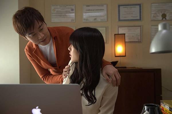 《被偷走的那五年》片中伍思凱飾演白百何的心理醫生,卻對病患有遐想_1.jpg