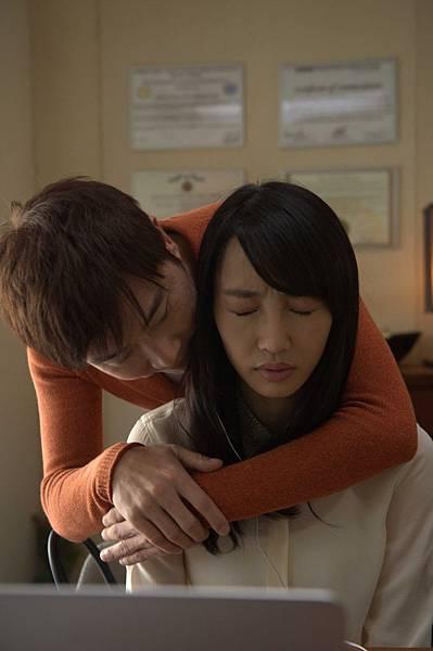 《被偷走的那五年》片中伍思凱飾演白百何的心理醫生,卻對病患有遐想_5.jpg