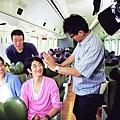 森田芳光執導《幸福特快車》時的工作模樣;右2為森田芳光。