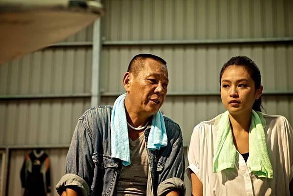 01_《戀戀海灣》劇照_龍劭華在43度鐵皮工廠中,20秒弄哭金小曼,完成感人親情戲。