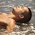02_《戀戀海灣》工作照_吳中天休息時,也盡量曬太陽,讓膚色更接近救生員。