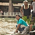 04_《戀戀海灣》工作照_拍攝幾乎都在高溫的海邊,圖為陳以文導演。