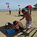 07_《戀戀海灣》工作照_拍攝幾乎都在高溫的海邊,工作人員做好防曬。 (1)