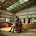 06_《戀戀海灣》工作照_龍劭華在43度的鐵皮屋中進行排練,右為劇組人員。