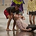 《戀戀海灣》在鬼月拍攝黃志瑋溺水戲,吳中天飾演救生員_02.jpg