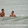 《戀戀海灣》有許多海邊戲,拍攝期橫跨鬼月,挑戰禁忌。右為吳中天.jpg