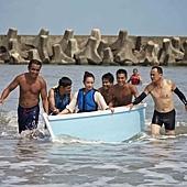 《戀戀海灣》有許多海邊戲,拍攝期橫跨鬼月,導演友人贈送加持過的紅線,祈求平安。右打赤膊者為陳以文導演。.jpg