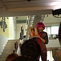 電影《被偷走的那五年》劇中,阿Ken戴假髮、扮女裝、搞笑,通通都來_2