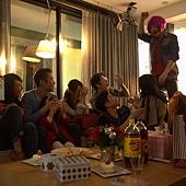 電影《被偷走的那五年》劇中,阿Ken戴假髮、扮女裝、搞笑,通通都來_1