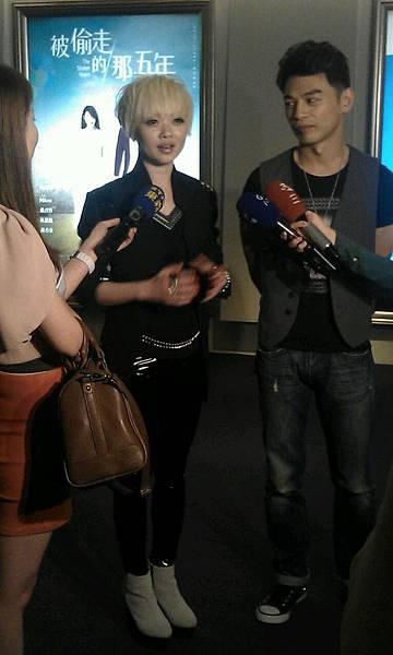 導演黃真真來台宣傳和阿KEN接受媒體採訪