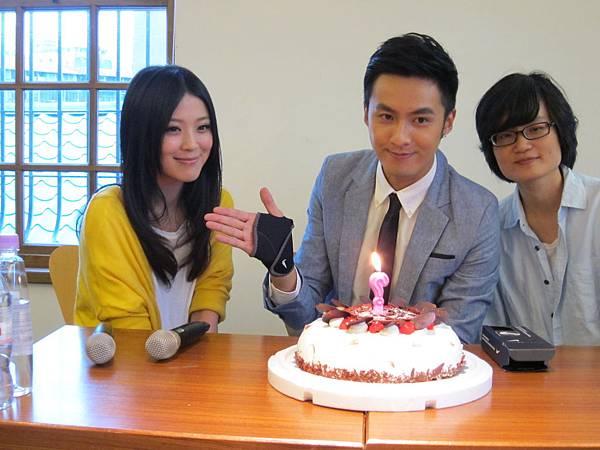 《幸福快遞》導演翁靖廷和女主角卓文萱為男主角張雁名提前慶生